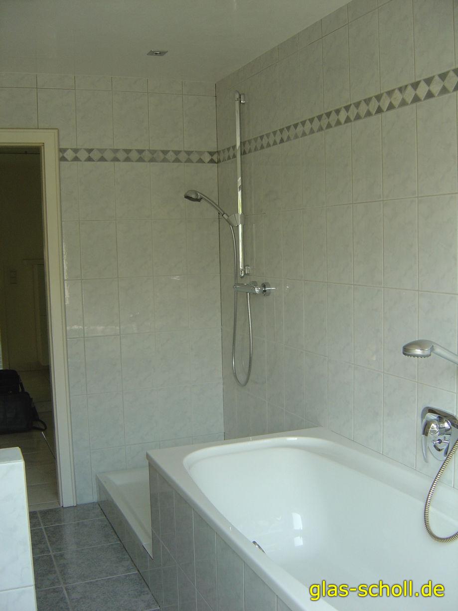 Eckdusche neben einer Badewanne mit Wannenwulst von Glas Scholl ...