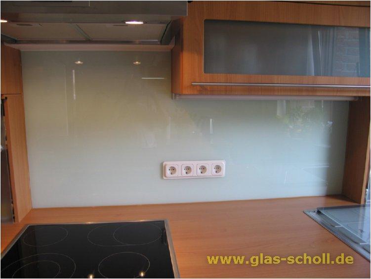 spritzschutz aus wei lackiertem glas mit 4er steckdose fertig von vorne. Black Bedroom Furniture Sets. Home Design Ideas