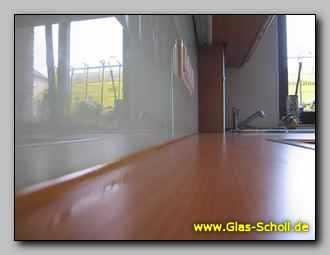 spritzschutz aus wei lackiertem glas mit 4er steckdose. Black Bedroom Furniture Sets. Home Design Ideas