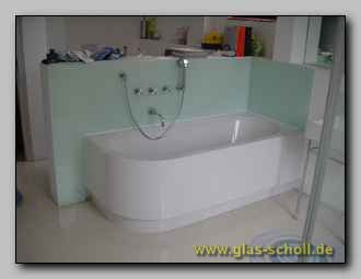 wandverglasung an einer badewanne als spritzschutz. Black Bedroom Furniture Sets. Home Design Ideas